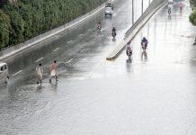 لاہور : صوبائی دارالحکومت میں بارش کے بعد ایک سڑک پر پانی جمع ہے