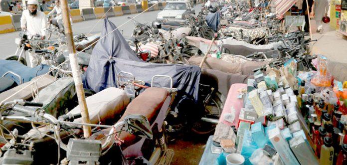 صدر: بے ہنگم موٹر سائیکل پارکنگ اور پتھاروں نے خریداروں کے لیے مشکلات پیدا کر رکھی ہیں