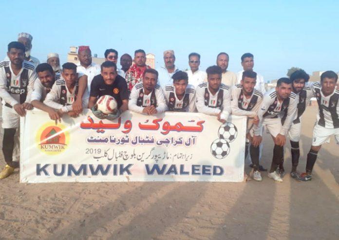 کموک ولید آل کراچی فٹبال ٹورنامنٹ میں شریک ٹیم کا میچ سے قبل لیاگیا گروپ فوٹو