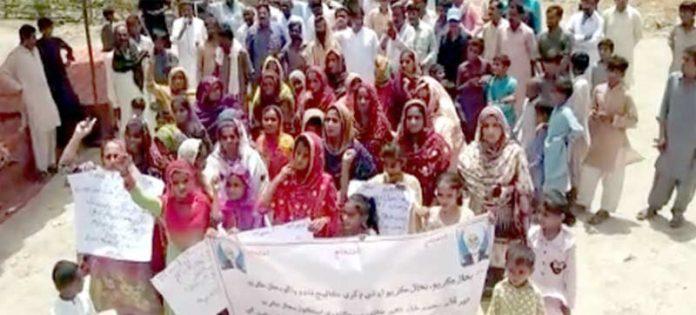 سجاول، نواحی علاقے کے مکین مطالبات کے حق میں مظاہرہ کررہے ہیں