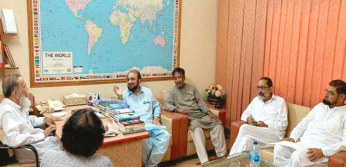 کراچی: جماعت اسلامی پاکستان کے جنرل سیکرٹری امیر العظیم سابق امیر جماعت اسلامی پاکستان سید منور حسن سے ادارہ معارف اسلامی میں ملاقات و عیادت کررہے ہیں