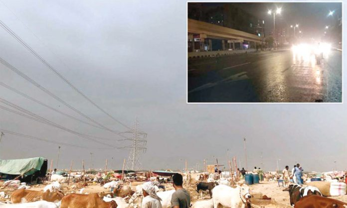 کراچی: دن بھر شدید گرمی کے بعد بادل گھرآئے، چھوٹی تصویر میں رات گئے بارش ہورہی ہے