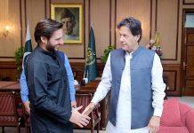 اسلام آباد، وزیر اعظم عمران خان سے سابق کرکٹر شاہد آفریدی مصافحہ کررہے ہیں