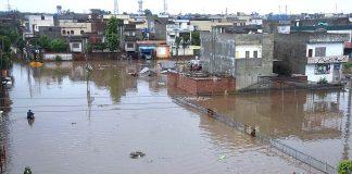 لاہور: موسلا دھار بارش کے بعد سڑک اوررہائشی علاقہ تالاب کا منظر پیش کررہا ہے