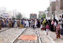 حیدرآباد:بنگالی کالونی کے رہائشی ریلوے انتظامیہ کی جانب سے گھروںکو مسمار کیے جانے کے خلاف ٹرین روک کر احتجاج کررہے ہیں