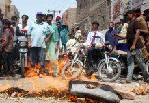 حیدر آباد، پھلیلی نہرمیں ضرورت سے زائد پانی چھوڑنے پر آبادی کے زیر آب آنے کے خلاف مقامی افراد احتجاج کررہے ہیں