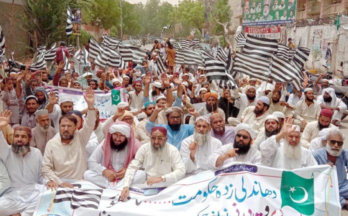 حیدر آباد، جے یو آئی کے اراکین پریس کلب کے باہر یوم سیاہ کے سلسلے میں دھرنا دیے بیٹھے ہیں