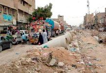 فیوچر کالونی کے علاقے میں سیوریج کی لائنوں کیلیے کھودی جانے والی سڑک کی وجہ سے ٹریفک جام ہے