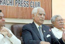 آل پاکستان مسلم لیگ جناح کے چیئرمین احمد رضا قصوری پریس کلب میں پریس کانفرنس کر رہے ہیں