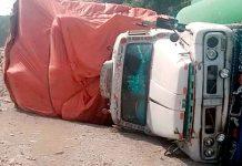 فیوچر کالونی میں ٹوٹی ہوئی سڑک کے باعث الٹنے والا ٹرک