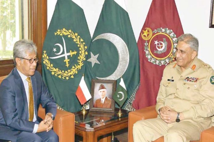 راولپنڈی :انڈونیشیا کے سفیر آرمی چیف جنرل قمر جاوید باجوہ سے جی ایچ کیو میں ملاقات کر رہے ہیں