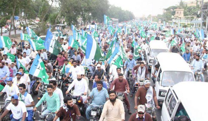 کراچی: جماعت اسلامی کے تحت سہراب گوٹھ تا مزار قائد ہونے والے عظیم الشان عوامی مارچ کے شرکاء شاہراہ پاکستان سے گزر رہے ہیں