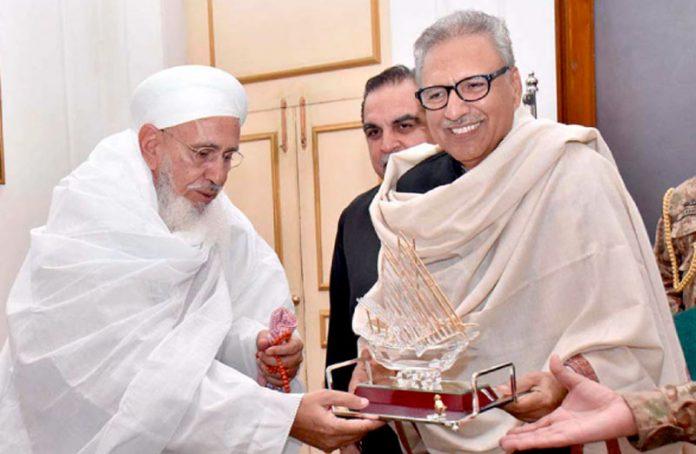 صدر پاکستان ڈاکٹر عارف علوی کو گورنر ہاؤس میں داؤدی بوہرہ کمیونٹی کے پیشوا سوینیر پیش کر رہے ہیں