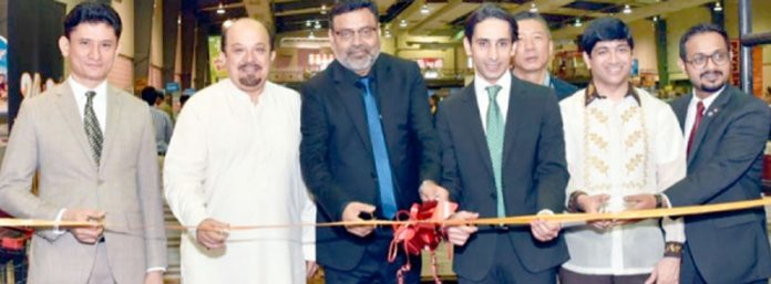 جامعہ کراچی کے وائس چانسلر پروفیسر خالد محمود عراقی اور سندھ اسمبلی میں اپوزیشن لیڈر فردوس شمیم نقوی ایکسپو سینٹر میں کتب میلے کا افتتاح کر رہے ہیں