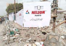ایمپریس مارکیٹ کے سامنے واقع ٹریفک سیکشن کی پرانی دیوار گرا کر ملبے کو اطراف میں پھینکا ہوا ہے