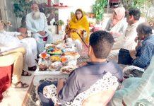 میر افسر امان،عثمان دموہی و دیگر پر مشتمل وفد ڈاکٹر عافیہ کی والدہ سے ملاقات کر رہے ہیں