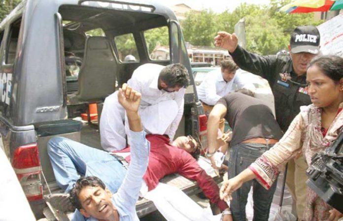 کراچی: مطالبات کے حق میں احتجاجاً گورنر ہائوس جانے کی کوشش کرنے والے میل نرس کو پولیس اہلکار گھسیٹ کر موبائل میں ڈال رہے ہیں