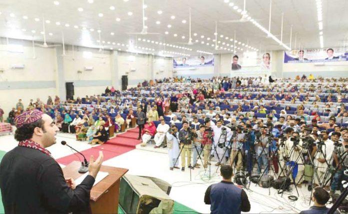 سکھر: پیپلزپارٹی کے چیئرمین بلاول زرداری تقریب سے خطاب کر رہے ہیں
