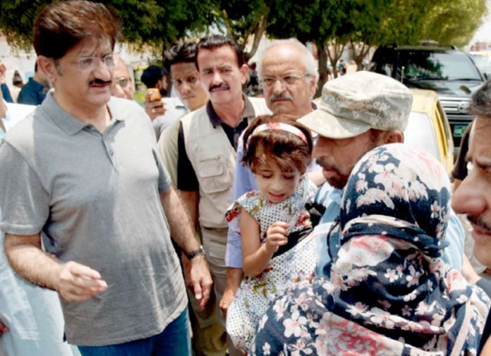 وزیراعلیٰ سندھ مراد علی شاہ کورنگی روڈ پر حادثے کا شکار ہونے والے خاندان کی مدد کرنے کے لیے بات چیت کر رہے ہیں
