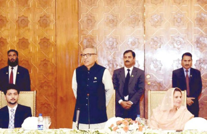 اسلام آباد :صدرمملکت ڈاکٹر عارف علوی 15ویںنیشنل سمر کیمپ کے حوالے سے منعقدہ تقریب خطاب کررہے ہیں