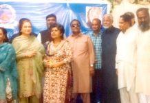 شہر قائد ادبی فورم کے تحت منعقدہ مشاعرے کے موقع پر صدر تقریب سلطان مسعود شیخ، صغیر احمد و دیگر کے ساتھ گروپ فوٹو
