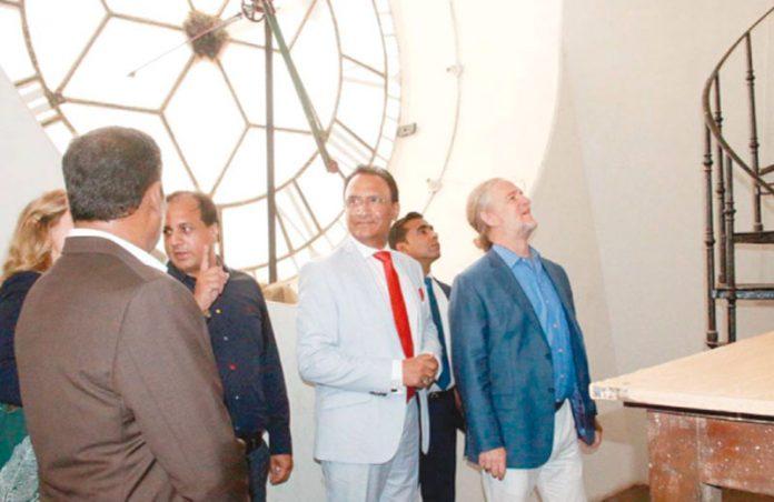 کراچی: قائم مقام امریکی قونصل جنرل کے ایم سی بلڈنگ کے دورے پر گھڑیا کا معائنہ کررہے ہیں