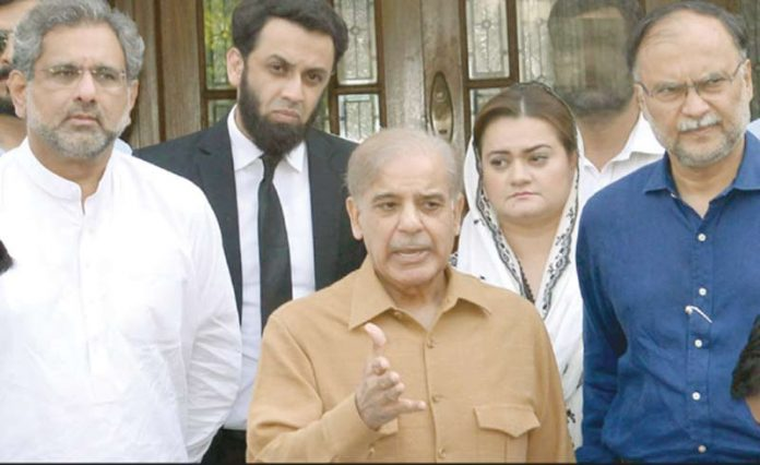 لاہور: مسلم لیگ ن کے صدر اور قومی اسمبلی میں قائد حزب اختلاف شہبازشریف میڈیا سے گفتگو کررہے ہیں