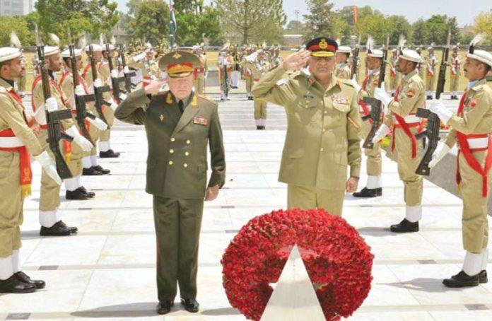 راولپنڈی: روسی فوج کے سربراہ جنرل اولیگ سلیوکوف آرمی چیف کے ساتھ یادگار شہدا ء پر حاضری دے رہے ہیں