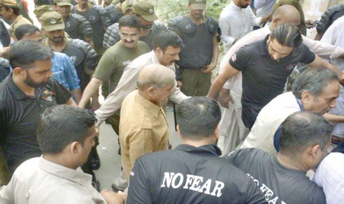 لاہور:اپوزیشن لیڈر شہباز شریف سیکورٹی حصار میں احتساب عدالت میں پیشی کے لیے آرہے ہیں