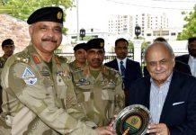 کراچی،وزیر داخلہ کو پاکستان کوسٹ گارڈ ہیڈکوارٹر کے دورے پر شیلڈ پیش کی جارہی ہےکراچی،وزیر داخلہ کو پاکستان کوسٹ گارڈ ہیڈکوارٹر کے دورے پر شیلڈ پیش کی جارہی ہے