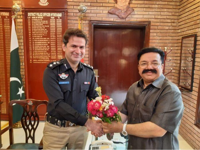 حیدر آباد، چیمبر آف کامرس اینڈ انڈسٹری کے نائب صدرسید محمود جعفری ایس ایس پی سرفراز نواز شیخ کو گلدستہ پیش کررہے ہیں
