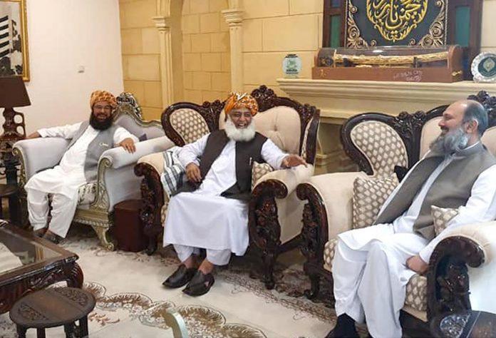 اسلام آباد: جمعیت علما اسلام (ف) کے سربراہ مولانا فضل الرحمن سے وزیر اعلیٰ بلوچستان جام کمال ملاقات کررہے ہیں