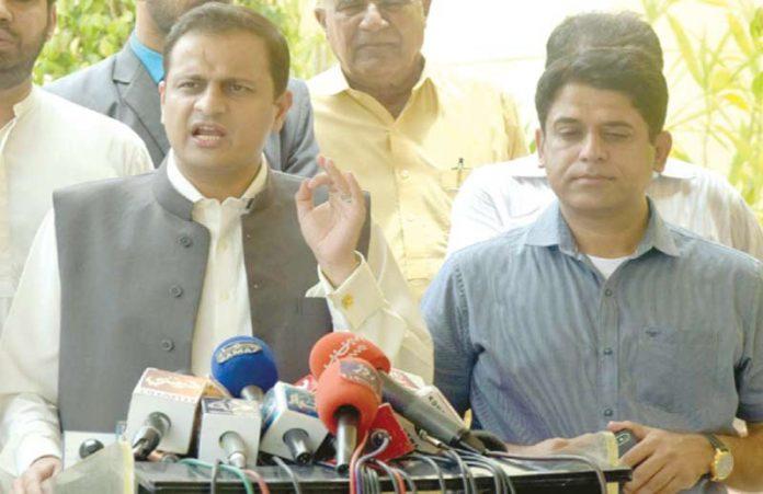 کراچی: مشیر اطلاعات سندھ مرتضیٰ وہاب صوبائی اسمبلی کے باہر میڈیا نمائندوں سے گفتگو کررہے ہیں