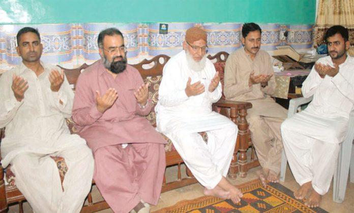 حیدر آباد:نائب امیر جماعت اسلامی اسداللہ بھٹو،حافظ طاہر مجیدعبدالحمید قرنی آرائیں کے انتقال پر اہلخانہ سے تعزیت کررہے ہیں