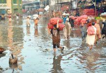 لاہور: شدید بارش کے بعد سبزی منڈی تالاب کا منظر پیش کررہی ہے