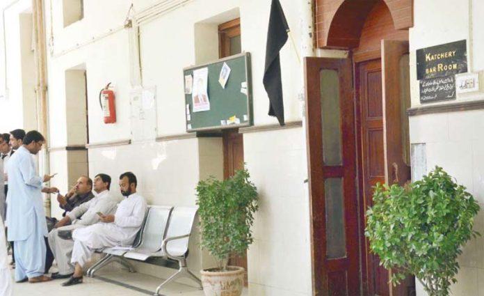 کوئٹہ: جسٹس قاضی فائز عیسیٰ کے ریفرنس کیخلاف وکلا نے عدالتوں کا بائیکاٹ کررکھا ہے ،عدالت کے دروازے پر سیاہ پرچم لہرا رہا ہے