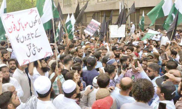 کراچی پریس کلب کے سامنے اولڈ سٹی تاجر اتحاد ارکان اور موبائل مارکیٹ کے تاجر پی ٹی آئی اور نئے ٹیکس کیخلاف احتجاجی مظاہرہ کررہے