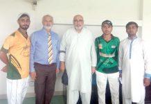 کراچی: یو بی ایل گرائونڈ میں سابق ٹیسٹ کرکٹر جلال الدین، ندیم خان اور دیگر کا گروپ فوٹو