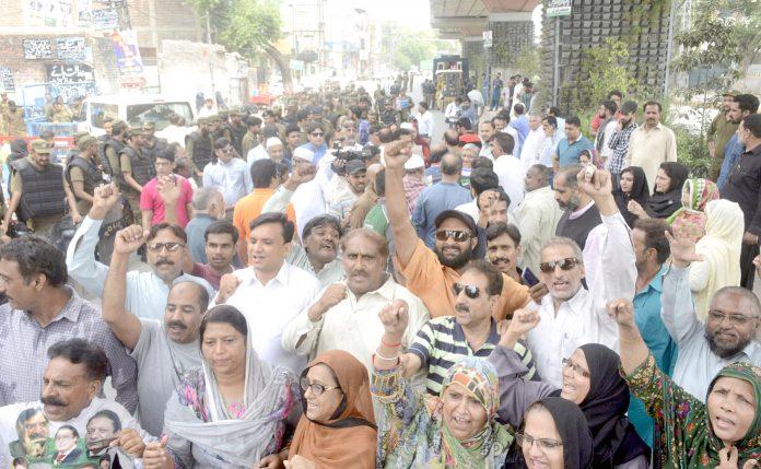 لاہور: مسلم لیگ (ن) کے کارکنان صوبائی اسمبلی میں اپوزیشن لیڈر حمزہ شہباز کی پیشی کے دوران حق میں مظاہرہ کررہے ہیں