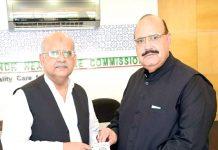 سی ای اوسندھ ہیلتھ کیئر کمیشن ڈاکٹر منہاج اے قدوائی چیئرمین کیپ کوکب اقبال کو سوونیئر پیش کررہے ہیں