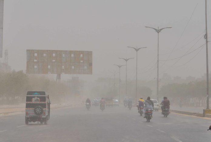 حیدر آباد میں طوفانی ہوائوں کے باعث فضا میں گرد چھائی ہوئی ہے