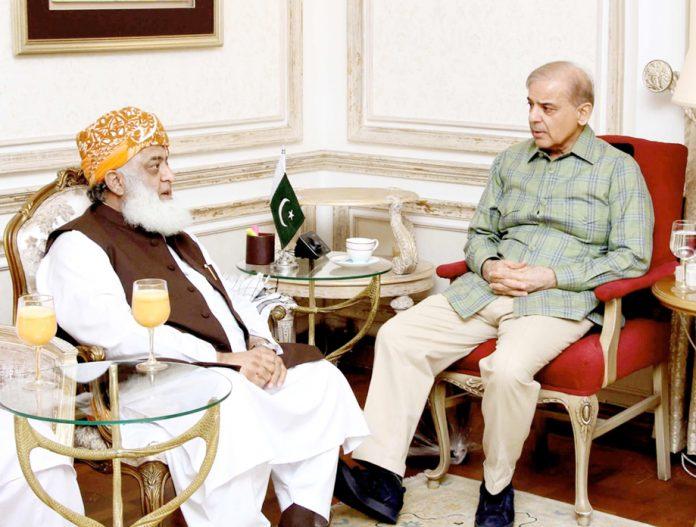 لاہور: مسلم لیگ (ن) کے صدر شہباز شریف سے جمعیت علما اسلام (ف) کے امیر مولانا فضل الرحمن ماڈل ٹائون میں ملاقات کررہے ہیں