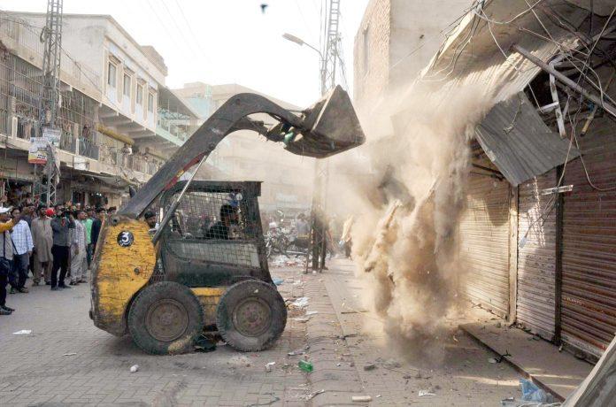 حیدرآباد: انسداد تجاوزات آپریشن کے دوران غیر قانونی دکانیں گرائی جارہی ہیں