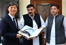 اسلام آباد، وفاقی وزیر ریلوے شیخ رشید کوریا کے سفارتکار کو کتاب پیش کررہے ہیں