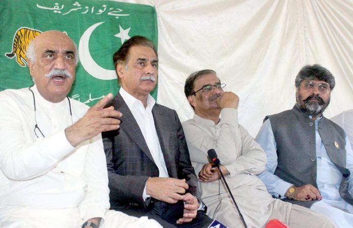 کراچی، پی پی رہنما خورشید شاہ میڈیا سے بات چیت کررہے ہیں،لیگی رہنما ایاز صادق بھی موجود ہیں
