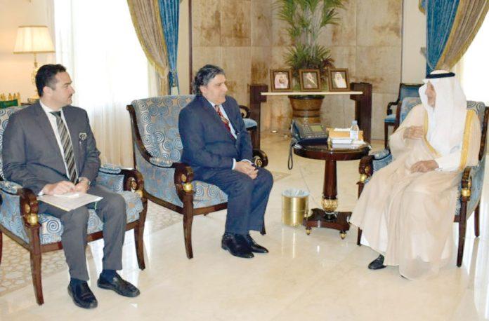 جدہ : گورنر مکہ پرنس خالد الفیصل سے پاکستانی سفیر راجا علی اعجاز سے ملاقات کررہے ہیں'ہیڈ آف چانسلری عاطف ڈار بھی موجود ہیں