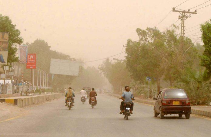 حیدر آباد میں تیز ہوائوں کے جھکڑ کے باعث گرد و غبار چھایا ہوا ہے