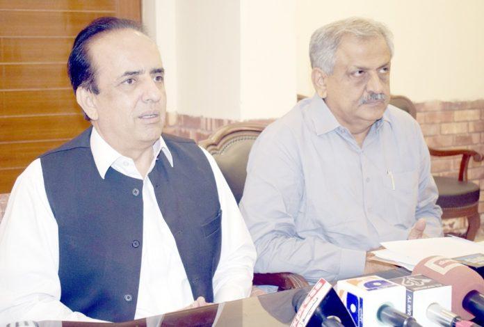 ڈپٹی کمشنر بدین حفیظ احمد سیال پریس کانفرنس کررہے ہیں