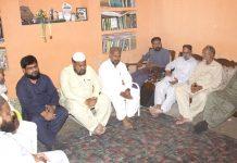 حیدرآباد،تنظیم اساتذہ سندھ کے صدر ابوعامر اعظمیٰ وفد کے ہمراہ عالم دین و محقق پروفیسرڈاکٹرمجیب اللہ منصوری کی عیادت کررہے ہیں