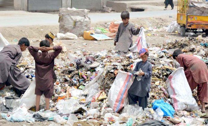 کوئٹہ ،خانہ بندوش بچے کچرے کے ڈھیر سے اپنے کام کی اشیا تلاش کررہے ہیں